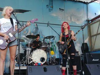 Molly Punch auf der Bühne vorm Sonic Ballroom